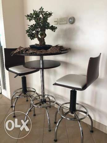 Wooden bar table with 2 stool chairs بار وكرسيين خشب وجلد أبيض