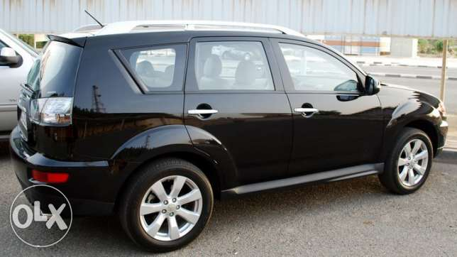 Black Outlander 2010 full option car for sell. ابو حليفة -  1