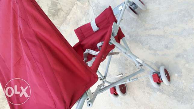 Stroller red very good state small and compact with sun protector
